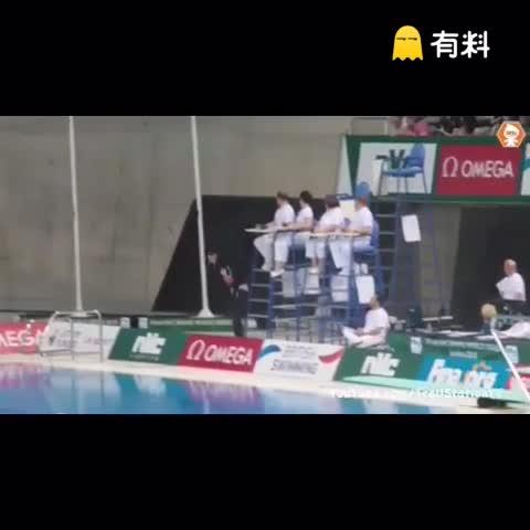 跳水比赛后,一男子不顾阻拦冲上跳水台纵身一跃,终于实现了自己的跳水梦(更正:不是里约奥运,因为池子不是绿色的 )
