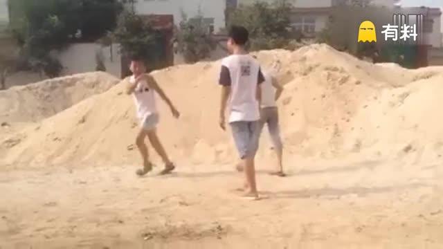 愤怒!河北一男孩遭4人排队飞踹拖鞋打脸 打人者家长代为道歉