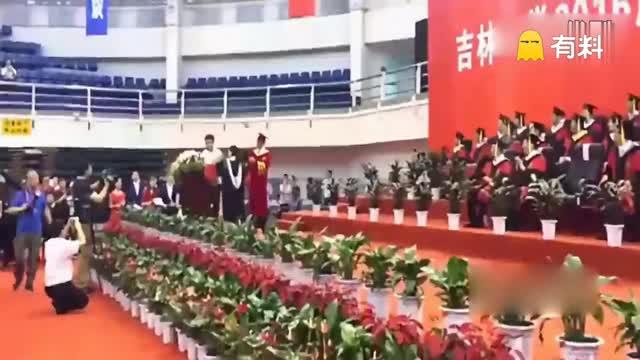 小伙打断毕业典礼向博士女友求婚 吉大校长说:行!