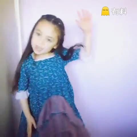 可爱小妞唱圣诞歌