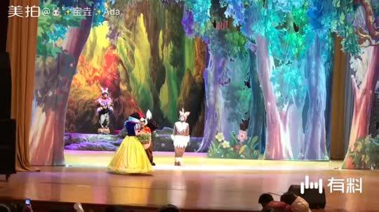 周日带大宝去看了话剧'白雪公主和七个小矮人'座无虚席