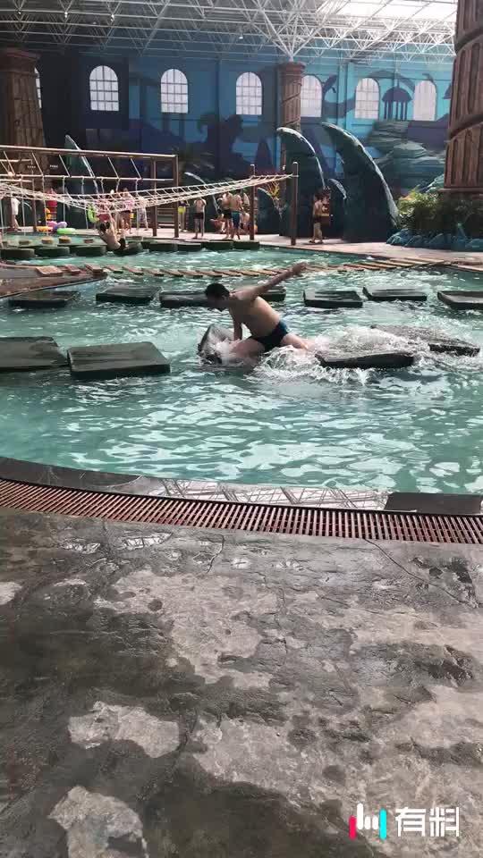 哥们你这是在练习水上漂吗?