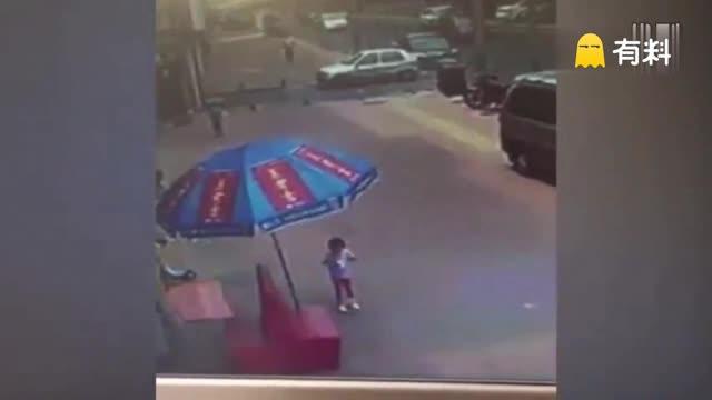 青岛4岁女孩路边遭陌生女子暴打 遭其拽倒在地用脚狠踹