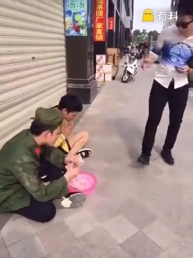 富二装乞丐