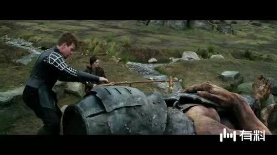#电影片段#巨人被小蜂推下悬崖。