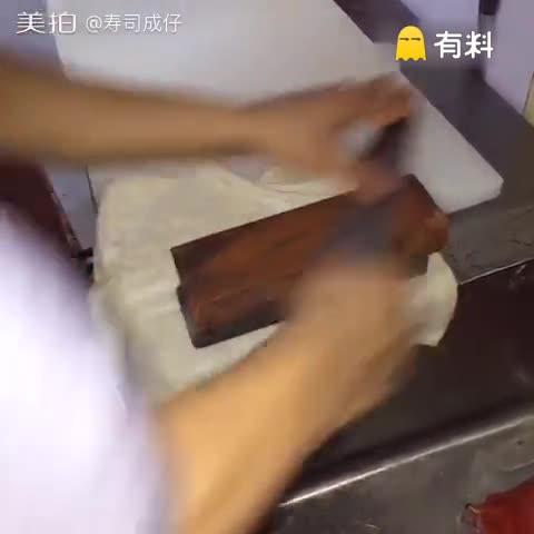 切鳗鱼片也是考验刀工的重要之...
