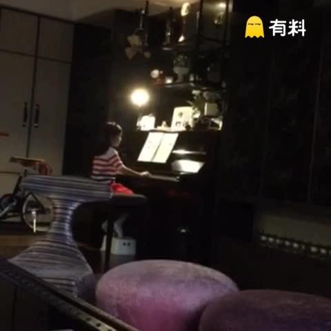 夏天想要学钢琴。他都会努力的练习因为他想要一天跟他妈妈一样厉害!夏天加油!Poppy wants to learn piano and she practices so hard. I think she wants to be like her Mommy one day. @黃嘉千