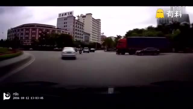 摩托车大摇大摆与大货车抢道,惨遭其碾压