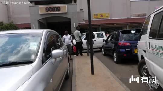 非洲果然热?黑人在超市里面抢购冰盒