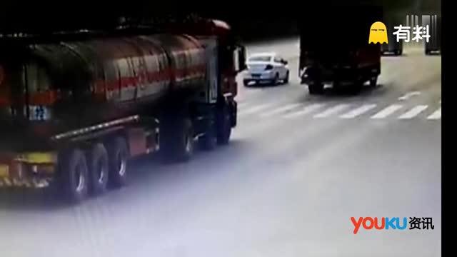 """网曝河北一奔驰越野车路口超速失控拦腰""""撞断""""油罐车"""