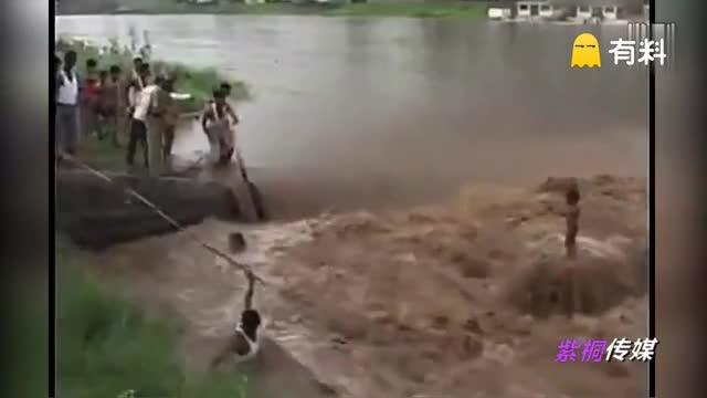 灵异事件真实视频:2岁男童站在洪水里安然无恙 无法解释!