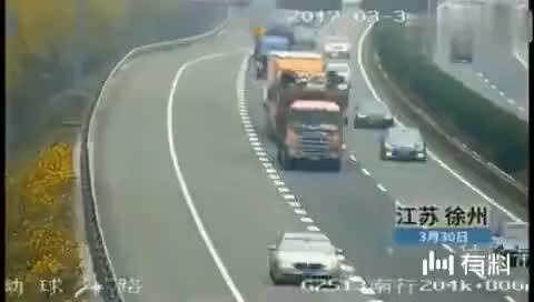 警车一路狂追大货车,货车司机却浑然不知起火,监控拍下惊险画面