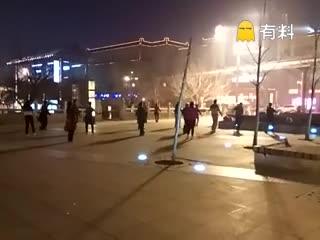 广场大妈们雾霾中坚持起舞