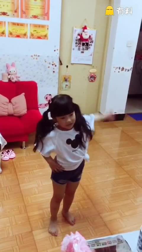 小妞第一次看到韩国舞蹈就喜欢...