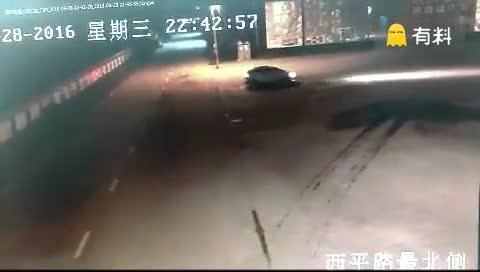 监拍:黑龙江佳木斯深夜街头令人惊魂的一幕
