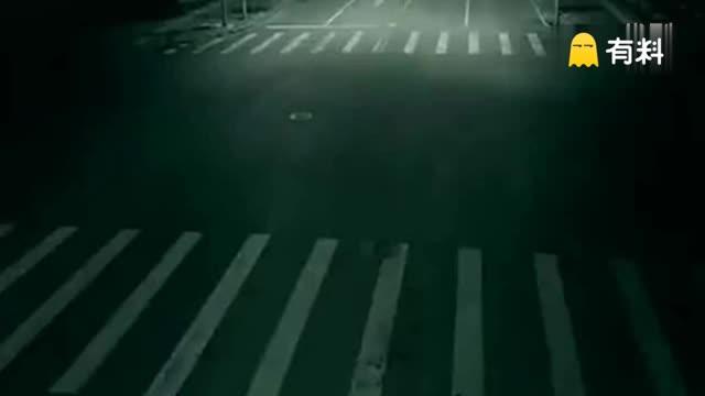 """街头""""灵异事件""""!监拍十字路口诡异车祸瞬间"""
