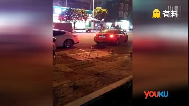 男子醉酒驾车猛撞保时捷 民警冲动武装冲锋车方制止