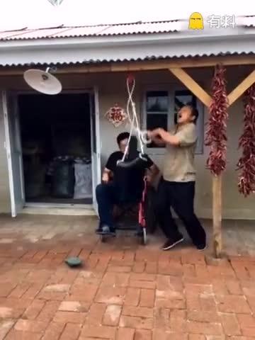 乡村爱情只有这父子俩在农村了,谢广坤帮永强锻炼受伤的脚