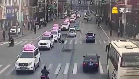 #看这司机的技术~交警都没拦住#