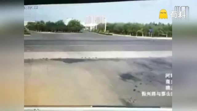 河南一幼儿园校车与货车相撞  现场惨烈车祸视频曝光