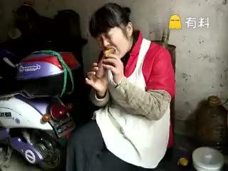 当我吃到了一口很烫的红薯!笑cry了~