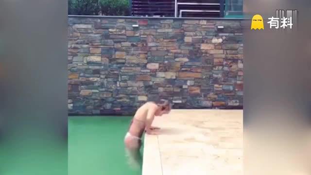 花式出水!美女用体操倒立动作惊艳翻出泳池