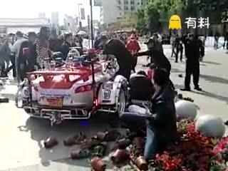 #超豪华三蹦子之冲入花坛!#