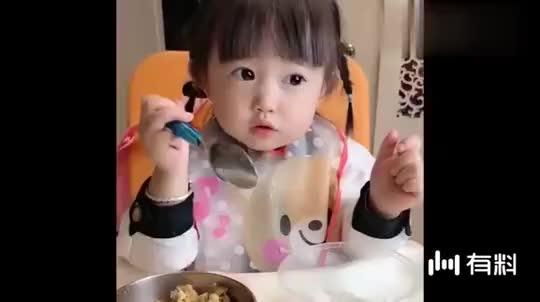 爸爸不在家,小萝莉都不好好吃饭了,真不愧是亲闺女!