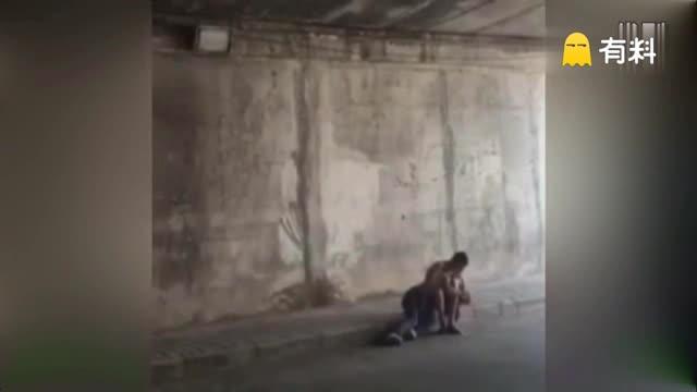 男女隧道花式热吻 网友:这样秀恩爱真的好吗?