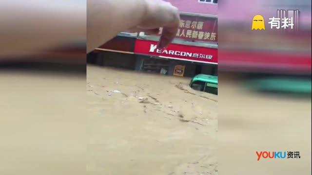 感动!闽清坂东洪水突袭 楼上居民放绳救下大巴乘客两名