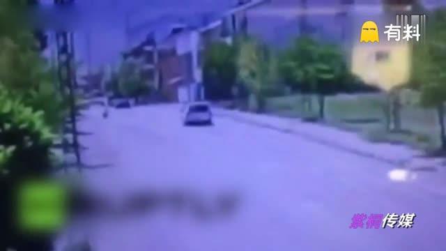 实拍土耳其汽车炸弹瞬间掀起漫天火海 多人受伤