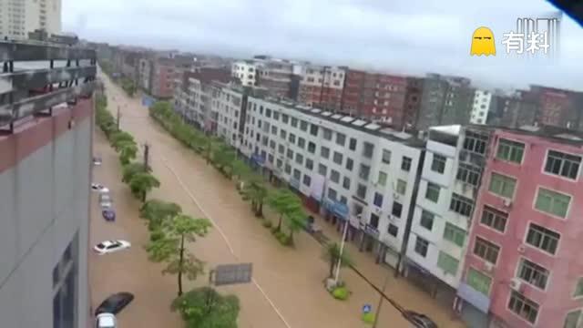 """""""尼伯特""""带来大暴雨莆田城区严重内涝 水流湍急人员被困"""