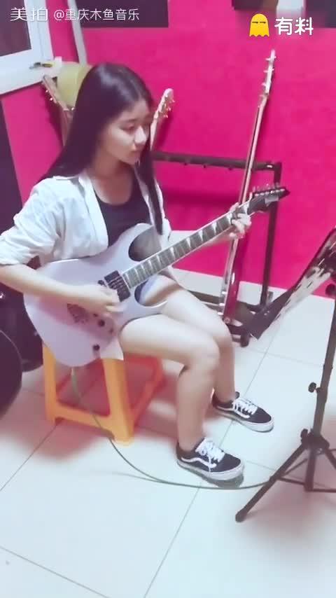 萌妹子初学弹电吉他,表情有没...