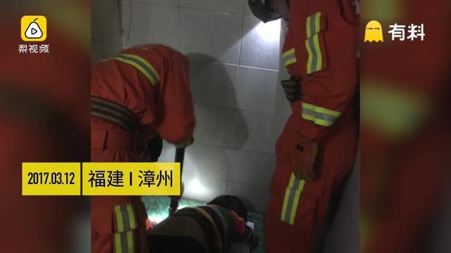 尴尬!女子厕所捞戒指 左臂被卡厕坑