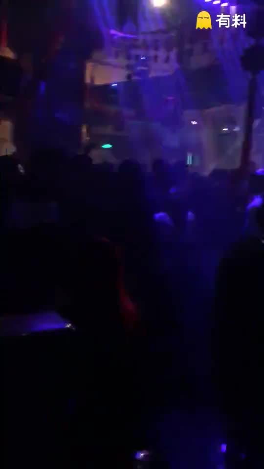 #这个视频666#祝大家2017快乐,我在酒吧,你在哪里。