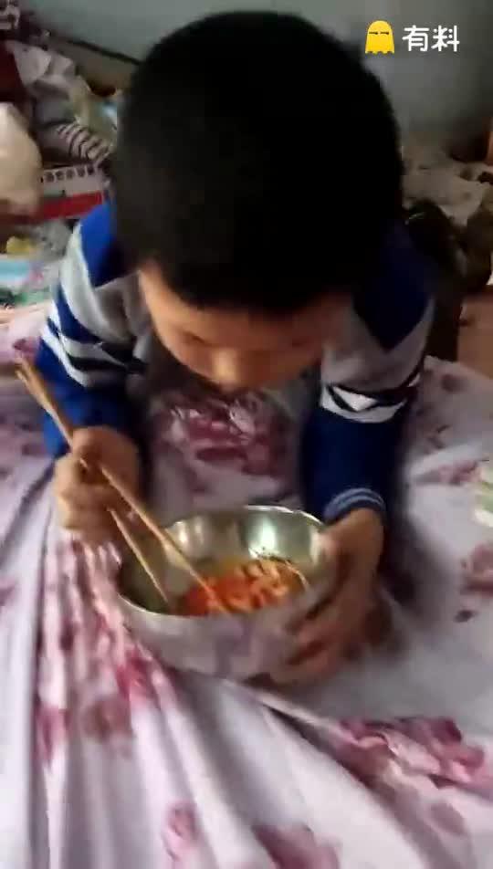 2017年04月22日,星期六,小男生邹阳正在四川省绵阳市涪城区长虹大道圣水六组吃红椒土豆丝炒肉丝
