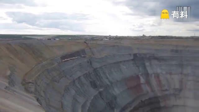 世界最值钱矿坑 值千亿可吸入直升机
