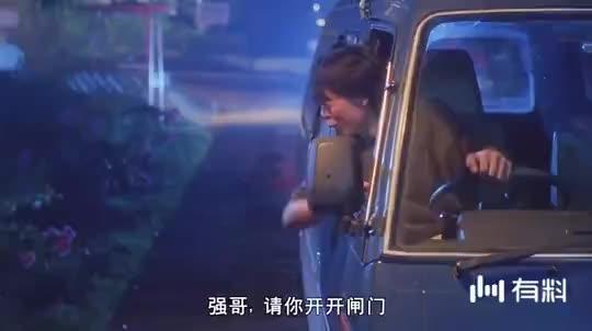 【天地玄门】上车的明明是英叔,警察检查的时候却变成小狗,好神奇