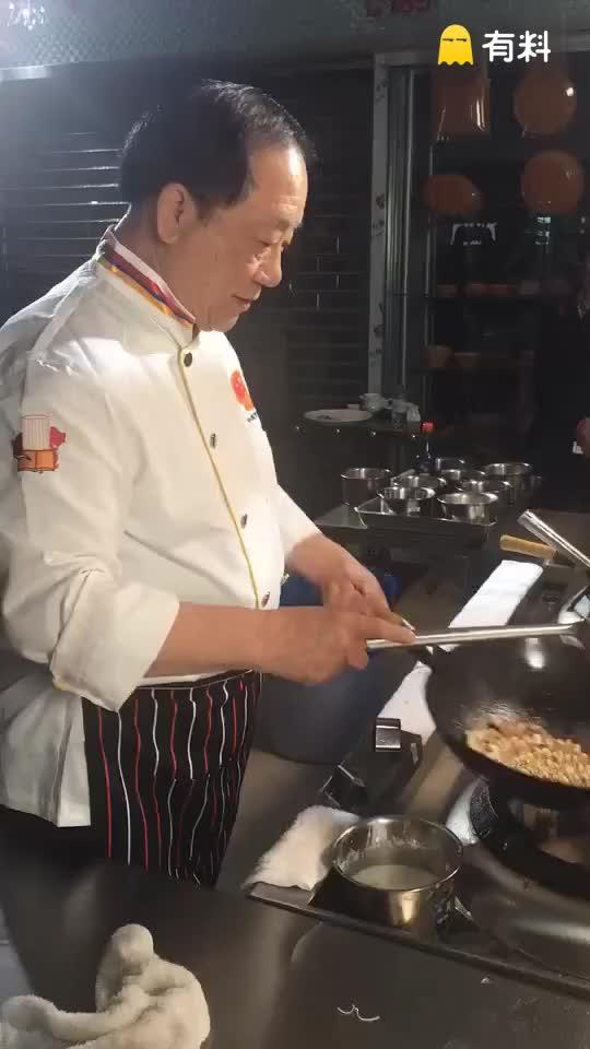 """#大神都是这样玩的#刘敬贤大师表演""""三丝素扒鱼翅""""大翻勺绝技!"""
