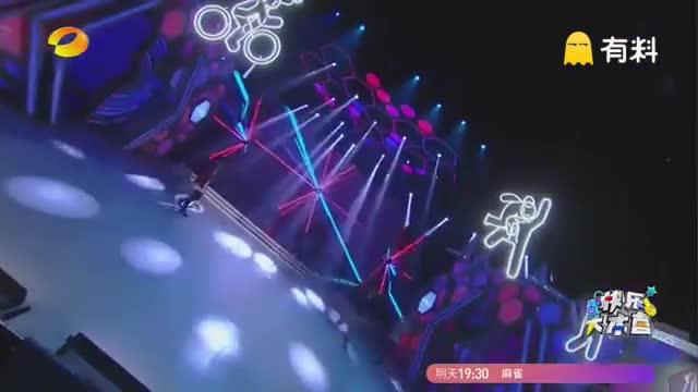陈伟霆&谢娜合作表演《W企划》,燃炸high爆全场,与谢娜贴身热舞不怕张杰吃醋吗,那魔性的节奏和舞步,根本听不下来,来感受一下