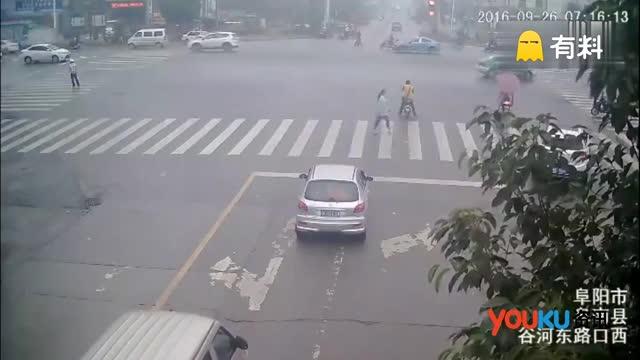 驾驶员开车接电话错踩油门 辅警被撞飞腾空翻转3圈