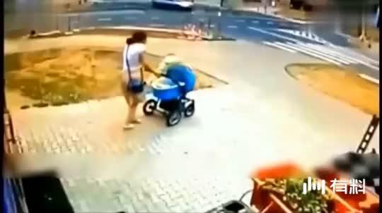 妈妈带孩子外出,突然遭遇危险,妈妈的举动是对是错?