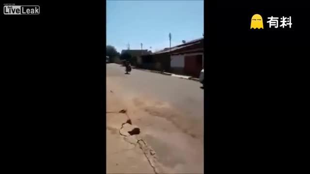 俩傻妹玩摩托车漂移,结果亮了!