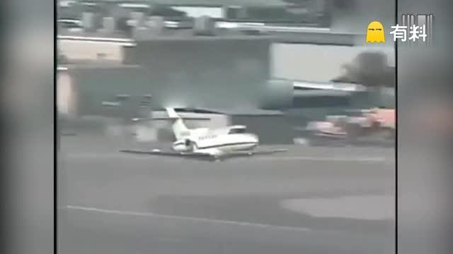 一喷气飞机紧急迫降 半个机身摩擦燃起火焰