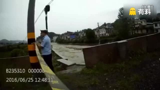 实拍民警坠身危桥破洞 为保护他人拒绝救援