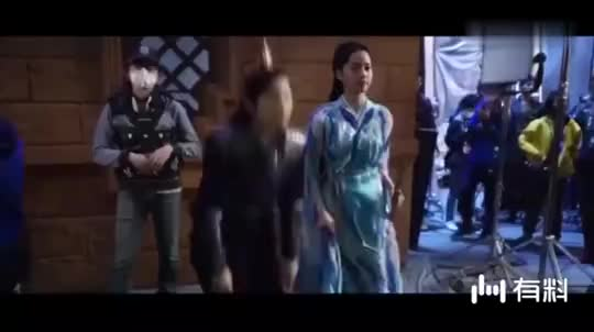 《大主宰》花絮:王源欧阳娜娜片场学蛙跳累得直喘气!还PK手指