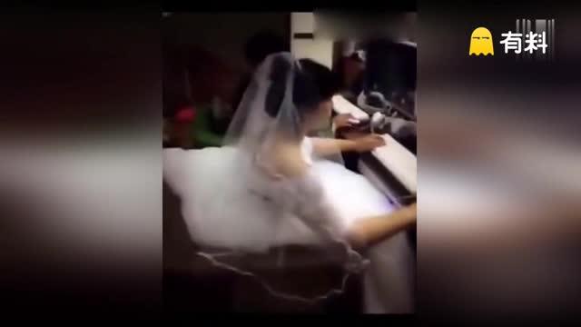 """活久见!新郎新娘穿礼服在网吧度蜜月 边喝啤酒边""""开黑"""""""
