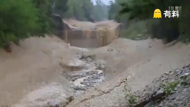 男子驾车经过山谷听到轰鸣声 下一秒景象让他永生难忘
