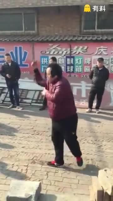应该是天津武清区王庆坨的赵迎春,单手劈砖,一分四十秒,劈了52块砖!赵迎春,学习苦练八极拳,练就一身硬功!高手在民间.