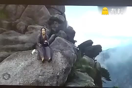 #美女坐在石头上唱歌!#